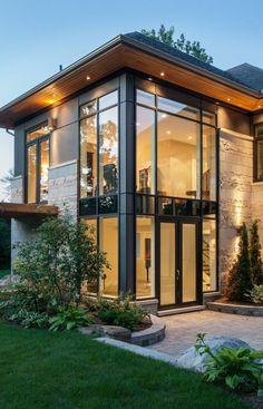 une maison de luxe avec un grand cour, mur en verre, grandes fenetres, maison insolite