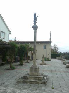 Cruceiro en Bertamiráns (Ames, A Coruña). Al fondo la capilla de la Peregrina. 42º51'48.88''N 8º39'04.54''O https://www.google.es/maps/@42.8636596,-8.6510468,3a,75y,279.82h,87.56t/data=!3m4!1e1!3m2!1sN5e1d9VB_lwFbs5KF2fbow!2e0