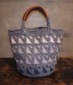 ツイードの毛糸で編んだ三角模様がいっぱいのバッグです。取っ手にレザーを付けました。写真3枚目は約20cmの長財布を入れた状態です。--------------... ハンドメイド、手作り、手仕事品の通販・販売・購入ならCreema。