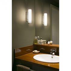 En chrome et en PMMA, cette lampe salle de bain se place horizontalement ou verticalement. Conçue spécialement pour les pièces humides, elle ne présente aucun risque. Le modèle Siret, de la marque espagnole Faro, éclairement en toute intimité votre salle de bain.