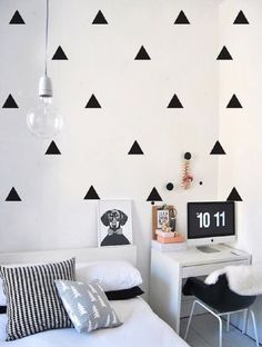 14. Decoração de quarto tumblr em tons de preto e branco e com adesivos na parede