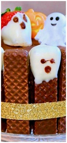 Easy Halloween Cake & Cupcakes with Chocolate Wafer Ghosts ~ Adorable and fun! Spooky Halloween Cakes, Easy Halloween, Halloween Party, Chocolate Wafers, White Chocolate Chips, Melting Chocolate, Rocky Road Cake, Small Cake, Baking Cupcakes