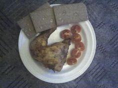 Večeře v podobě pečeného kuřete(stehna),tří rajčat a tří křehkých plátků s vlákninou a slunečnicí.