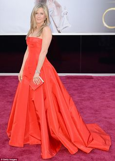 Jennifer Aniston Com vestido Valentino Haute Couture e joias Fred Leighton. Jennifer Aniston Oscar, Jenifer Aniston, Oscar 2013, Vestidos Oscar, Valentino Gowns, Valentino Couture, Oscar Fashion, Oscar Dresses, Red Carpet Dresses