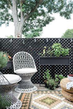 How One Designer Blends Coastal and Colonial Decor – Homepolish Outdoor Living Rooms, Outdoor Spaces, Living Spaces, Outdoor Decor, Patio Design, Garden Design, Decks And Porches, Modern House Design, Coastal Decor
