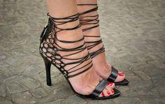 Taquilla - Sandália lace up Dumond preta com recortes