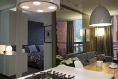 Cuando se recoje la puerta el apartamento se vuelve un todo, desde la zona social se aprecia la habitación caracterizada por un mueble con acabado en pintura de poliuretano.