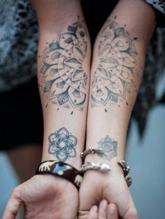 Grafisches Mandala als Tattoo