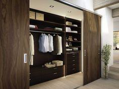 Vestidor con puertas corredizas