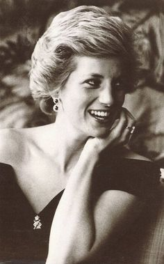 May 1, 1990:  Princess Diana poses for a painting by Israel Zohar commissioned by the 13/18 Regiment of the Royal Hussars