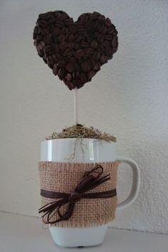 Ihr kennt sicher die mit Kaffeebohnen beklebten Styroporkugeln? Ich habe es mal mit einer Herzform ausprobiert. Aus einer dickeren Styroporp... Advent Calendar Diy, Table Centerpieces, Centrepieces, Unique Image, Topiary, Coffee Shop, Candles, Mugs, Crafts
