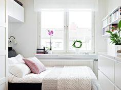 Nog ñ ingeboude kas vir stoorplek aan die muur se kant en die klein venstertjie in die klein kamer...in wit