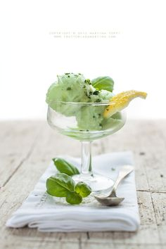 Basil and lemon sorbet Frozen Desserts, Frozen Treats, Mint Desserts, Pureed Food Recipes, Cooking Recipes, Ice Cream Challenge, Sorbets, Vegan Ice Cream, Cold Meals