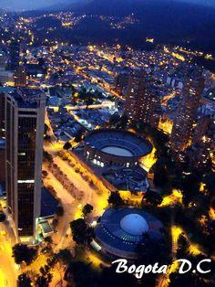 Nuestro fotógrafo estrella, Alex Cruz.  Hermosa foto de Bogotá de noche. Se observa el Centro Internacional y la Plaza Santa maría.