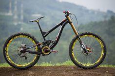 Hutchinson_UR_DH_bike