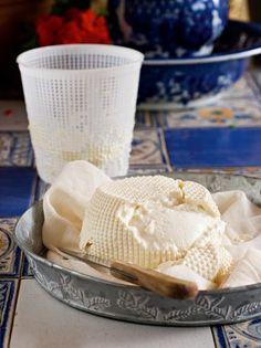 3 συνταγές για σπιτικά λευκά τυριά - www.olivemagazine.gr Greek Recipes, Feta, Camembert Cheese, Dairy, Ice Cream, Traditional, Desserts, Random, Kitchens
