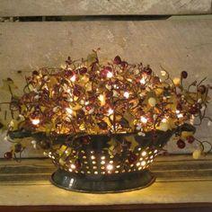 Antique Colander, Country - Primitive Decorating - filled with clear lights and berries. Primitive Homes, Country Primitive, Primitive Kunst, Primitive Fall, Primitive Snowmen, Prim Decor, Rustic Decor, Farmhouse Decor, Primitive Decorations