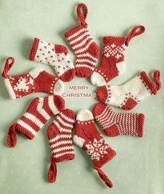 Dagens julestrikk: Mini Christmas Stocking Ornaments | Strikkeoppskrift.com