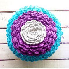 Almohadón flower tricolor, $300 en https://ofeliafeliz.com.ar