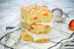 Aprikosenkuchen mit weissen Schokosplittern Cornbread, Cereal, Breakfast, Ethnic Recipes, Food, Cake Batter, Sheet Pan, Cherries, Eten