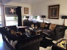"""Nydelig hos @livaasum med den lekre og klassiske sofaen """"La Serena"""". En flott sova med et tidløst design og nydelige detaljer.  Meget god sittecomfort. """"Pushed in buttons"""" og sølvnagler.  Mål:  L:  229 cm D:  96 cm H:  76 cm   Se mer på http://ift.tt/2g96OsB #classicliving #sofa #laserenasofa #interiør """"interior #stue"""