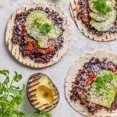 Recept på Tostadas med bönröra, grillad avokado, tomatsalsa och riven ost | MatHem Tostadas, Tacos, Kiwi, Avocado Toast, Breakfast, Food, Grilling, Cilantro, Morning Coffee