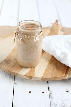 Peanut butter smoothie met havermout. Een ontbijt smoothie die door kan gaan voor een toetje. Pindakaas is altijd een goed idee! Peanut Butter Smoothie, Sweet Recipes, Mason Jars, Brunch, Low Carb, Mugs, Healthy, Breakfast, Tableware