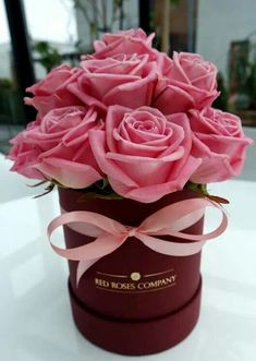 pink roses in hat gift box Hat Box Flowers, Flower Box Gift, All Flowers, Flower Boxes, Colorful Flowers, Bouquet Box, Pink Rose Bouquet, Pink Roses, Rose Arrangements