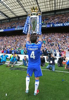 Cesc Fabregas showing off his latest trophy! Chelsea Football Team, Chelsea Fc Players, Chelsea Wallpapers, Chelsea Fc Wallpaper, Fc Chelsea, Football Wallpaper, Football Pictures, Football Players, Soccer