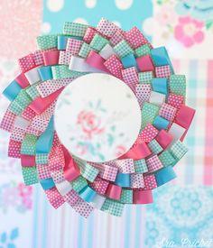 corona con tiras de papel. Un tutorial sencillo y muy decorativo que además admite muchas combinaciones.