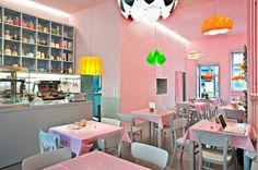 Cafe Napoljonska:  beroemd om zijn Käsefrühstück: ontbijt met verschillende kazen, olijven en biologische eieren. Aanrader zijn de zelfgeperste fruitsappen die je zelf mag mixen. Kastanienallee 43, Berlin
