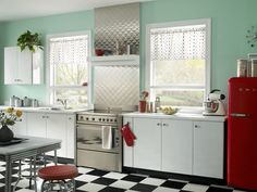 Gorgeous Retro Kitchen With Blue Walls And White Cabinets With Red Fridge : Tips To Create A Funky Retro Kitchen Style Retro Kitchen Decor, Funky Home Decor, Vintage Kitchen, Diner Kitchen, Vintage Diner, Red Kitchen, Retro Diner, 1950s Kitchen, Kitchen Colors