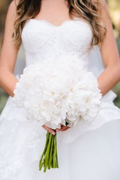 Elegant all-white bouquet: http://www.stylemepretty.com/california-weddings/montecito/2015/08/13/classic-fall-santa-barbara-wedding/ | Photography: Raya Carlisle - http://www.rayaphotography.com/