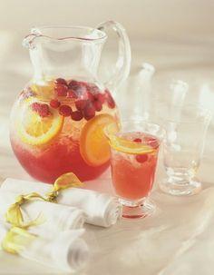 Recette Sangria blanche : Epluchez les pêches et le melon, coupez-les en petits dés et placez-les dans un saladier avec le vin et la liqueur, réservez au fra...