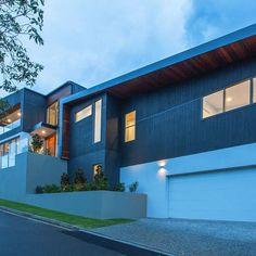 Contemporary house exterior. Corner blocks make for cool house design #australianarchitecture #archdaily #customhome #newhouse #contemporary #designinspiration #brisbanebuilder #informbuilding #besthousesaustralia