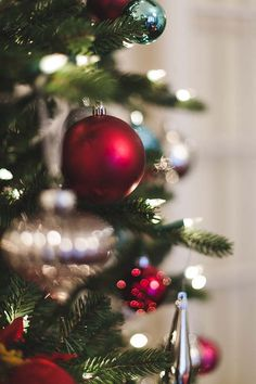 You'll love these fresh Christmas decorating ideas-- the holiday decor simply bubbles with cranberry and aqua tones and cool, frosty finishes. The Night Before Christmas, A Christmas Story, Little Christmas, Christmas Photos, Christmas Holidays, Merry Christmas, Christmas Decorations, Xmas, Holiday Decor