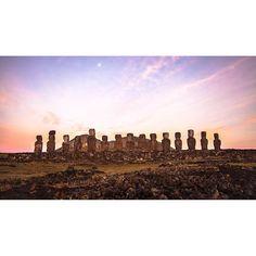 Los Moais son uno de los mayores atractivos de Isla de Pascua. Ya sea por su majestuosidad o el misterio que encubren, es imposible no admirar la originalidad de las estatuas de piedra. Dentro de la Isla hay cientos de Moais, los cuales se encuentran repa