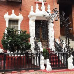 Does anyone know the story behind this house on Dwight Street?? #bostondoorproject by bostondoorproject