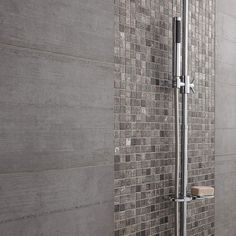 détail douche à l'italienne Mosaïque de salle de bain Upstairs Bathrooms, Small Bathroom, Gray Basement, Iridescent Tile, Bathroom Floor Tiles, Bathroom Interior, Bathroom Inspo, Ideal Home, Master Bath