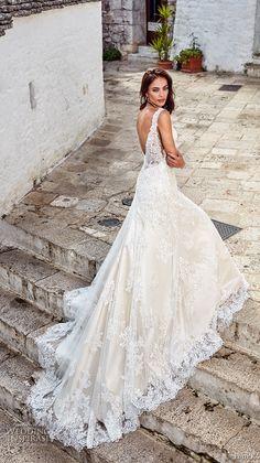 Brautkleid mit Spitzen Elementen, langer Schleppe, tiefem Rückenausschnitt und Trägern
