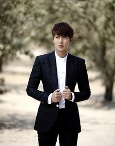 The latest Heirs stills take eager fans back to the almond farm, where Lee Min Ho and Park Shin Hye had one of their early exchanges. In that same scene, Lee Min Ho faces Choi Jin Hyuk, the convers… Heirs Korean Drama, The Heirs, Korean Dramas, Boys Over Flowers, Lee Jong Suk, Lee Hyun Woo, Jackie Chan, New Actors, Actors & Actresses