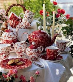Red and White China Tea Set red pretty white tea setting tablescape china dishes Dresser La Table, Vibeke Design, Red Cottage, Cottage Style, Red Kitchen, Chocolate Pots, China Patterns, My Tea, Decoration Table