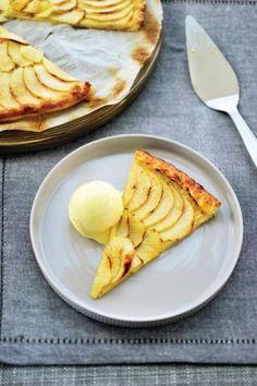 Appeltaart met vanille-ijs en slagroom http://njam.tv/recepten/appeltaart-met-vanille-ijs-en-slagroom