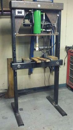 Homemade press constructed from tubing, channel, steel plate, a controller, and a hydraulic pump and cylinder. Metal Projects, Welding Projects, Projects To Try, Hydraulic Shop Press, Hydraulic Pump, Cool Tools, Diy Tools, Welding Shop, Welding And Fabrication