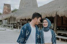 Pre Wedding Shoot Ideas, Pre Wedding Poses, Pre Wedding Photoshoot, Cute Couple Poses, Couple Posing, Prewedding Hijab, Wedding Pictures Beach, Bride Groom Poses, Muslim Couple Photography