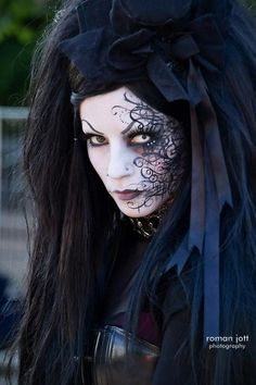 Check Out 20 Witch Halloween Makeup Ideas To Try This Year. Like every year, when Halloween approaches we start wondering what will be the theme for our transformation. Gothic Makeup, Fantasy Makeup, Gothic Hair, Gothic Dress, Mascaras Halloween, Halloween Face Makeup, Up Costumes, Halloween Costumes, Witch Costumes