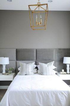 """Relax...💭 """"Ideas que funcionan"""" 💡💡💡 El cabecero tapizado de pared a pared en color """"gris topo"""" se ha colocado sobre las mesitas de noche voladas, es una idea estupenda para crear una sensación de amplitud en un dormitorio (junto con el tono gris de la pared para dar mayor profundidad) El contrapunto a los tonos neutros es la lámpara dorada de metal que se ha colocado en el centro de la habitación. #diseñodeinteriores #cabecerostapizados #gris #estilocreativo #mesitasdenoche #ideashogar"""