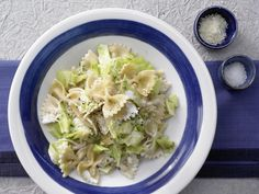 So schnell, so cremig, so lecker! Farfalle-Nudeln mit Spitzkohl - in cremiger Parmesansauce - smarter - Kalorien: 654 Kcal - Zeit: 15 Min.   eatsmarter.de