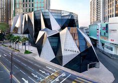 KUALA LUMPUR: LUXUSSHOPPING UND SCHNÄPPCHENJAGD  2013 zeichnete CNNgo Kuala Lumpur als viertbeste Einkaufsstadt aus. Immerhin drei der zehn größten Einkaufszentren befinden sich in der malaysischen Hauptstadt. Von der exotischen Petaling Street in China Town bis zur luxuriösen Starhill Gallery: Für jeden Geschmack und jede Geldbörse ist in Kuala Lumpur etwas dabei. Im größten Shoppingbezirk Bukit Bintang finden Besucher von Designerklamotten bis zur Elektronikware alles.