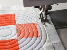 Spiral Quilting with a Walking Foot Machine quilting doesn't have to be difficult. The key to simplified machine quilting is using a walking foot. Spiral quilting, circular quilting, straight line quilting are all possible when you use a walking foot. Machine Quilting Tutorial, Machine Quilting Patterns, Easy Quilt Patterns, Bonnie Hunter, Nine Patch, Quilt Festival, Twinkle Twinkle Little Star, Fat Quarters, Straight Line Quilting